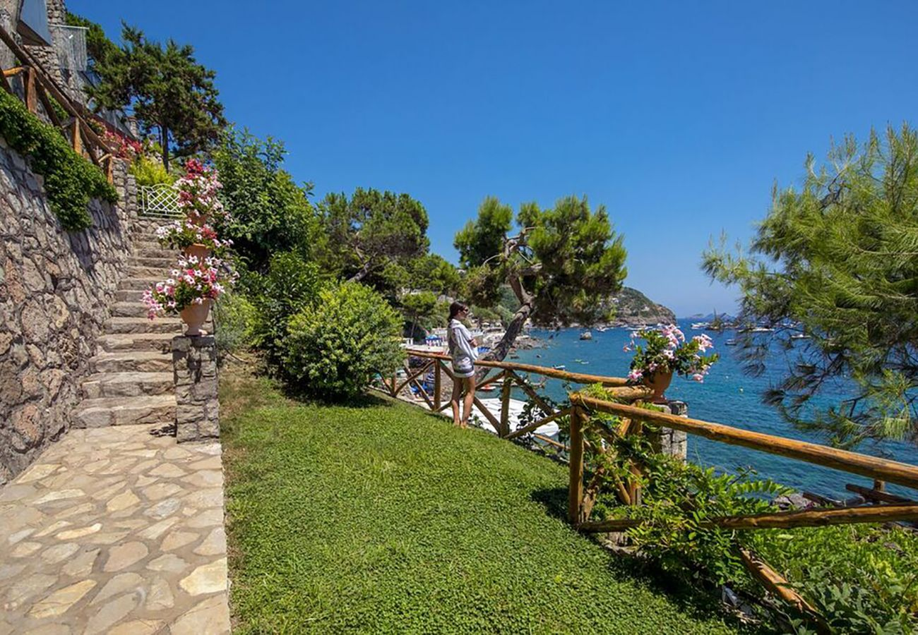 Villa a Nerano - AMORE RENTALS - Villa di Lusso Ibiscus 1 con Piscina Privata, Discesa alla Spiaggia, Parcheggio, Vista Mare, Colazione