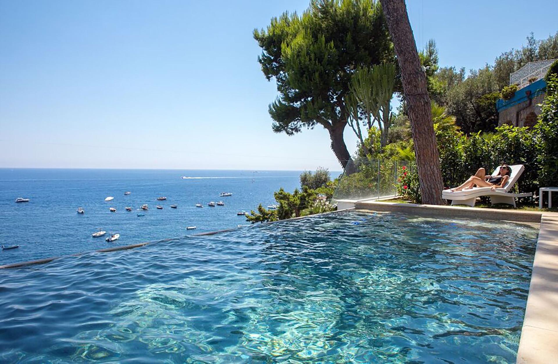 Piscina A Torre Del Greco villa ibiscus con piscina a sfioro, discesa diretta al mare, vista mare,  parcheggio e colazione