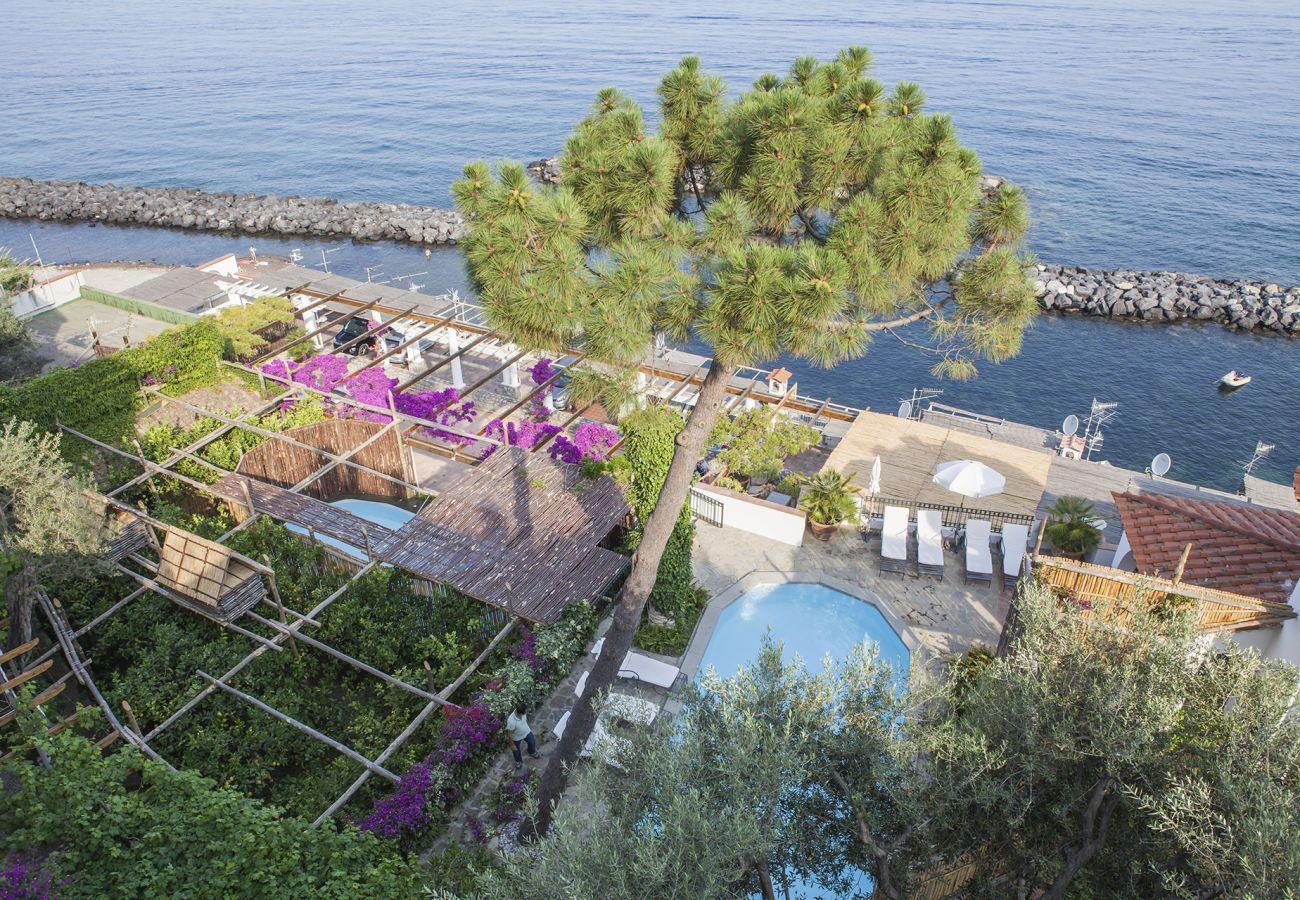 Villa a Massa Lubrense - AMORE RENTALS - Villa Acquamarina con Piscina Privata, Vista Mare, Discesa Diretta al Mare e Parcheggio