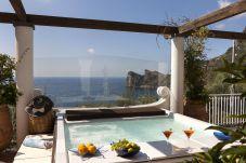 Villa a Nerano - Villa Giove 1 con Piscina Privata, Vista Mare, Jacuzzi, Colazione e Parcheggio Vicino al Mare