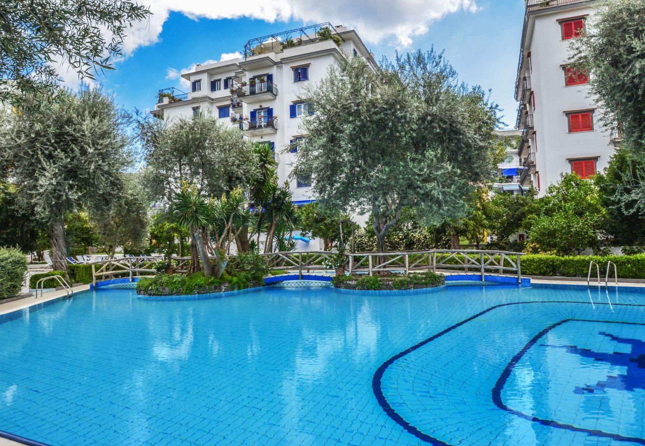 Appartamento a Sorrento - AMORE RENTALS - Appartamento Brum con Piscina Condivisa, Terrazza e Vista Mare