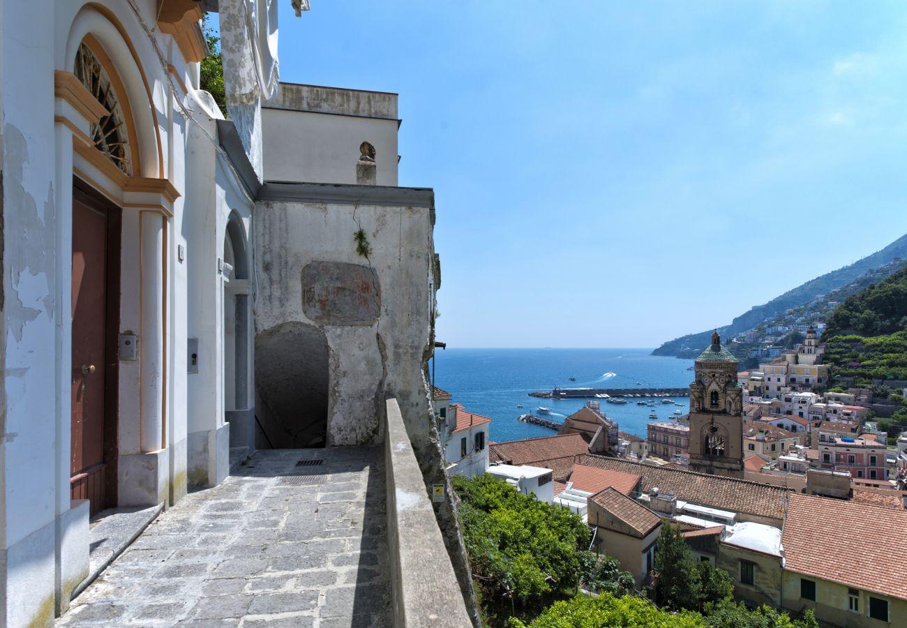 Villa a Amalfi - AMORE RENTALS - Palazzo Casanova con Vista Mare, Vasca Idromassaggio, Terrazzi, Colazione e Aria Condizionata