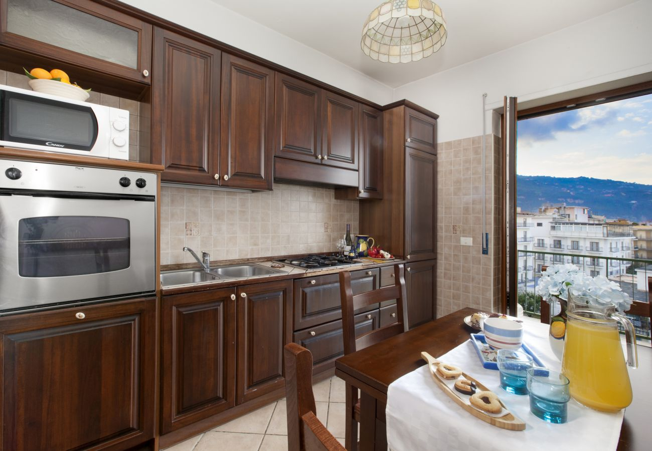 Appartamento a Sorrento - AMORE RENTALS - Appartamento Miramare con Piscina Condivisa, Terrazzi e Internet Wi-Fi